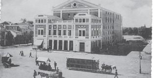 Il tram a cavalli davanti al Teatro Nuovo (inizi Novecento)