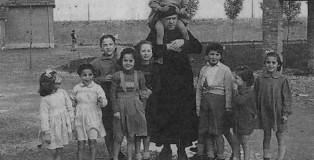 Don_Zeno_Saltini_con_i_bambini_di_Nomadelfia