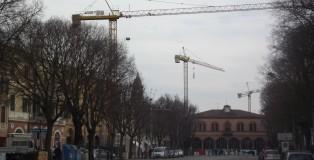 piazza costituente con gru